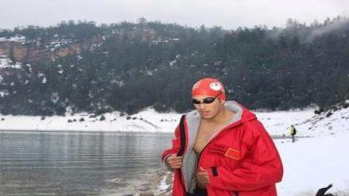صورة بطل مغربي يسبح في المياه الجليدية ويحطم رقما قياسيا