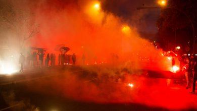 صورة ألعاب نارية وأهازيج صاخبة.. جماهير برشلونة تحتشد بجانب فندق إقامة باريس سان جيرمان- فيديو