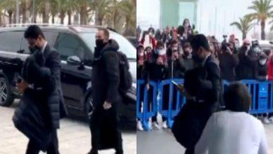 """صورة بسبب ميسي.. جماهير برشلونة تستقبل """"ناصر الخليفي"""" بالسب والشتم- فيديو"""
