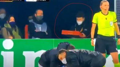 """صورة في لقطة مثيرة.. موصل البيتزا يظهر فجأة في ملعب أثناء مباراة لـ""""يوروبا ليغ"""""""
