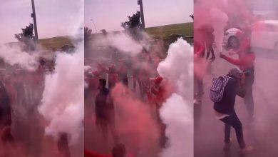 صورة بالشماريخ والأهازيج.. جماهير الوداد تودع لاعبيها وتشجعهم قبل السفر إلى أنغولا- صور