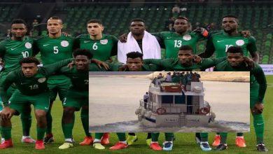 """صورة غياب رحلات جوية يدفع المنتخب النيجيري للسفر إلى البنين عبر """"مَركب"""" صغير- صور"""