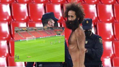 صورة رجل عارٍ يقتحم أرضية ملعب مباراة مانشستر يونايتد وغرناطة- فيديو