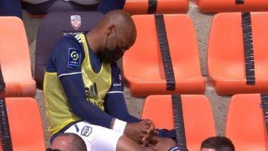 صورة في واقعة غريبة.. لاعب يغرق في النوم أثناء مباراة فريقه -فيديو