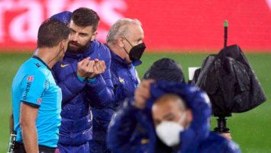 """صورة صحيفة إسبانية تكشف الحوار """"الساخن"""" الذي دار بين بيكيه وحكم مباراة """"الكلاسيكو"""""""