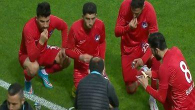 """صورة مباراة في الدوري التركي تشهد """"إفطار"""" اللاعبين وسط الملعب -فيديو"""