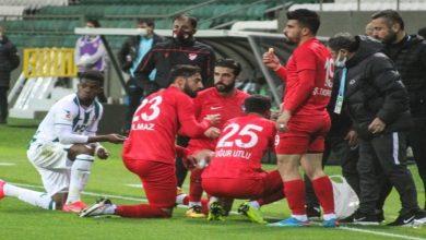 صورة لاعبون يتناولون إفطار رمضان أثناء توقف مباراة بالدوري التركي- فيديو
