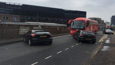 صورة جماهير مانشستر يونايتد تعترض حافلة ليفربول وتفرغ إطاراتها- فيديو