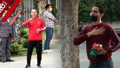 صورة في مشهد ينم عن الروح الرياضية.. نغيز يهدي قميص مولودية الجزائر لأحد المشجعين المغاربة -فيديو