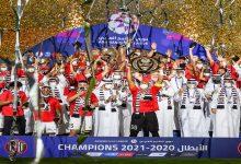 صورة ودادي سابق يحتفل بتتويجه مع الجزيرة الإماراتي بشعار الوداد -صورة