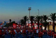 """صورة جماهير بالمئات في محيط ملعب """"بنجلون"""" تحتفل بتحقيق لقب البطولة الوطنية- صور"""