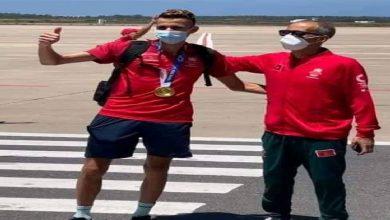 """صورة البقالي بعد عودته للمغرب: """"ذهبية أولمبياد طوكيو انطلاقة لتحقيق إنجازات أفضل"""""""