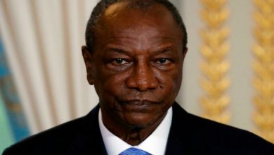 صورة قائد الانقلاب يعلن احتجاز رئيس غينيا وإغلاق المطارات في البلاد- صورة