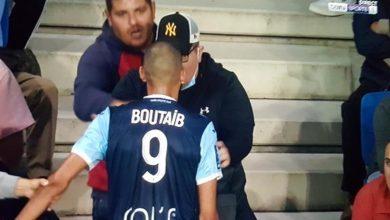 صورة بوطيب يتشاجر مع أحد مناصري فريقه ويقدم اعتذاره- صورة