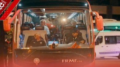"""صورة تهافت لالتقاط الصور مع اللاعبين.. هكذا غادر المنتخب الوطني ملعب """"دونور"""" بعد الفوز على غينيا بيساو -فيديو"""